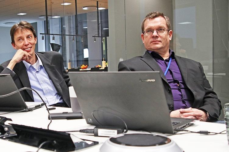 Två män sitter i konferensrum